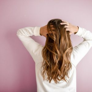 Comment épaissir ses cheveux fins naturellement ?