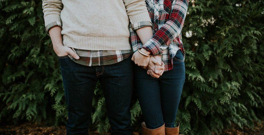 couple unit qui se tient la main