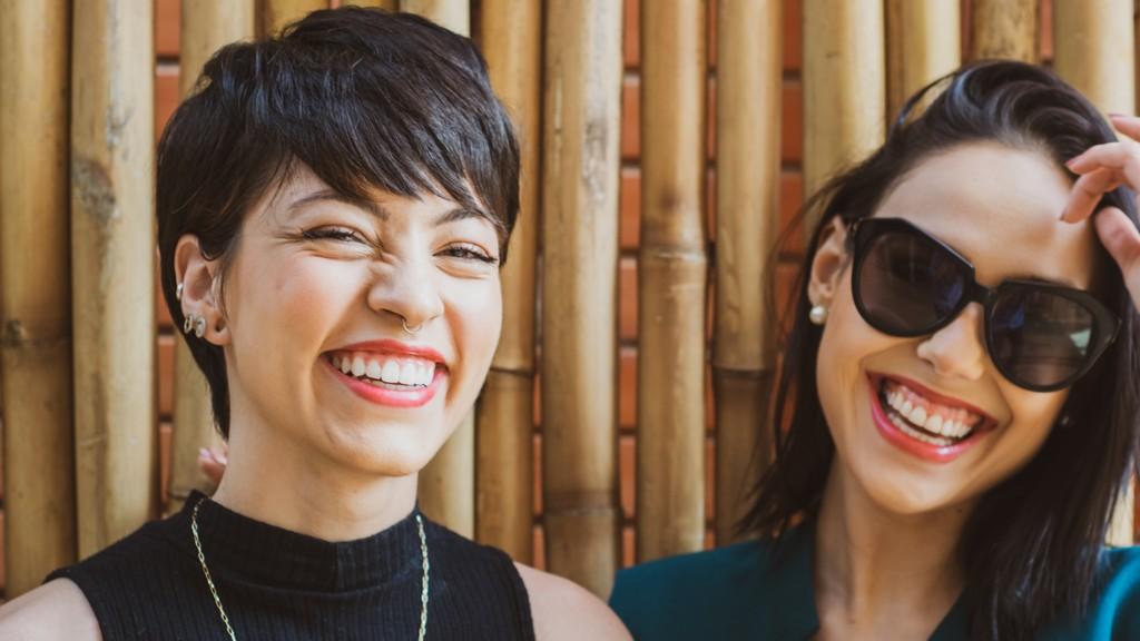 deux jeunes femmes qui sourient