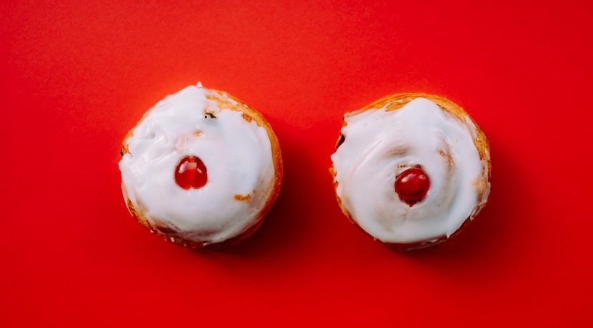 deux mignardises en forme de seins