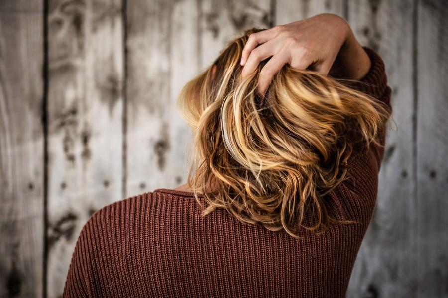 femme de dos aux cheveux fins