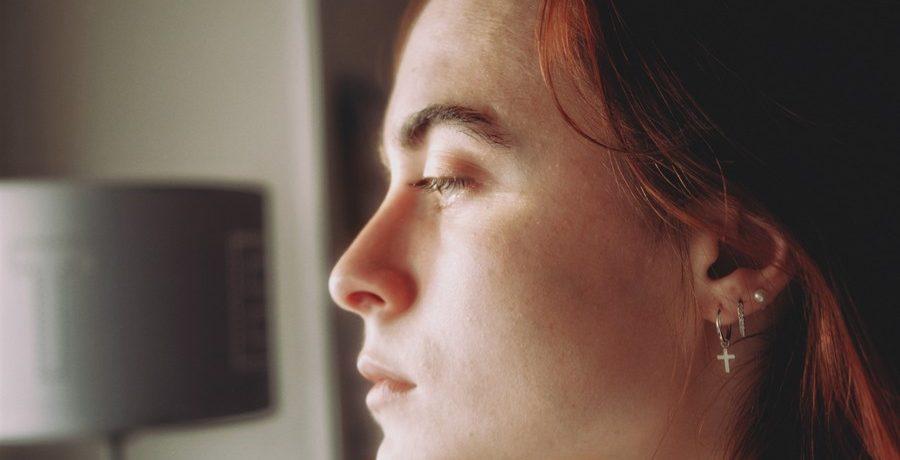 profil d'une femme rousse qui porte des boucles d'oreilles