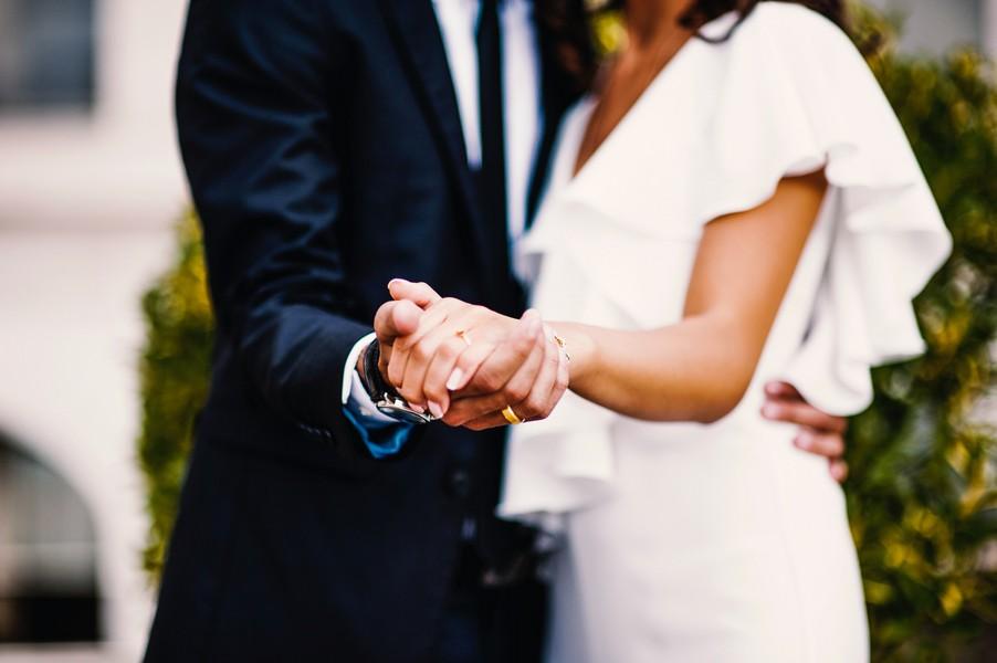 couple de mariés qui se tient la main et va danser