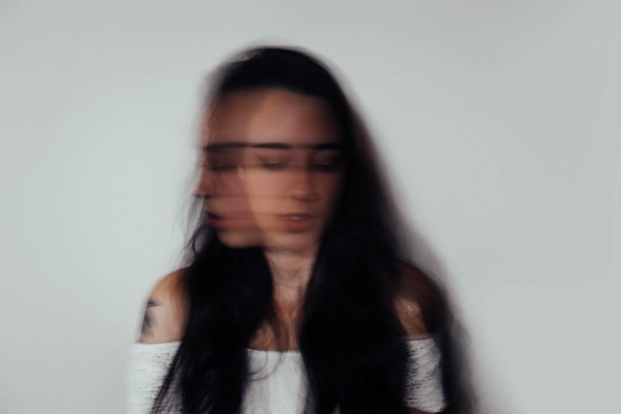 femme anxieuse qui ne sait plus où donner de la tête