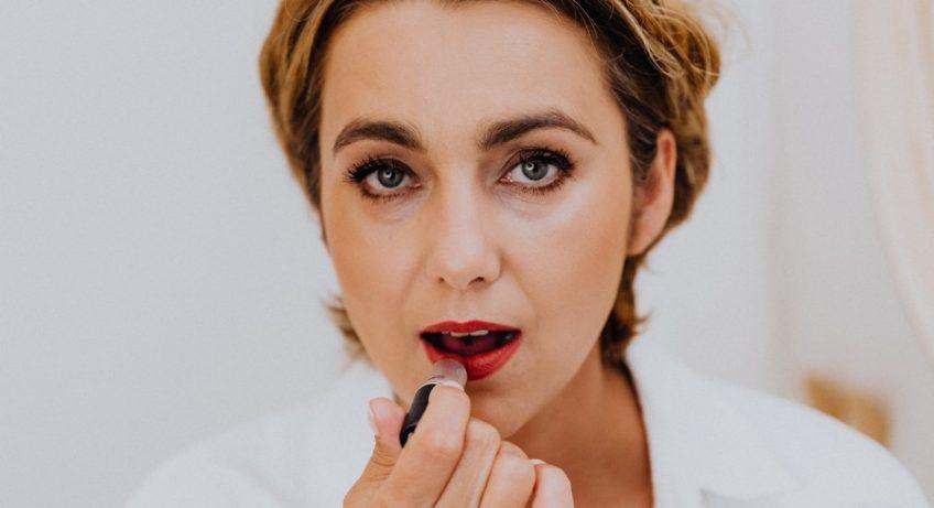 femme qui se met du rouge à lèvres