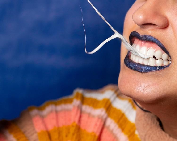 femme qui tire un chewin gum de sa bouche
