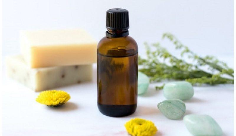 Flacon d'huile essentielle de camomille et autres produits dérivés