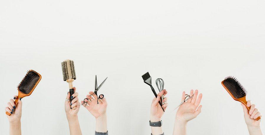 mains portant des accessoires pour cheveux