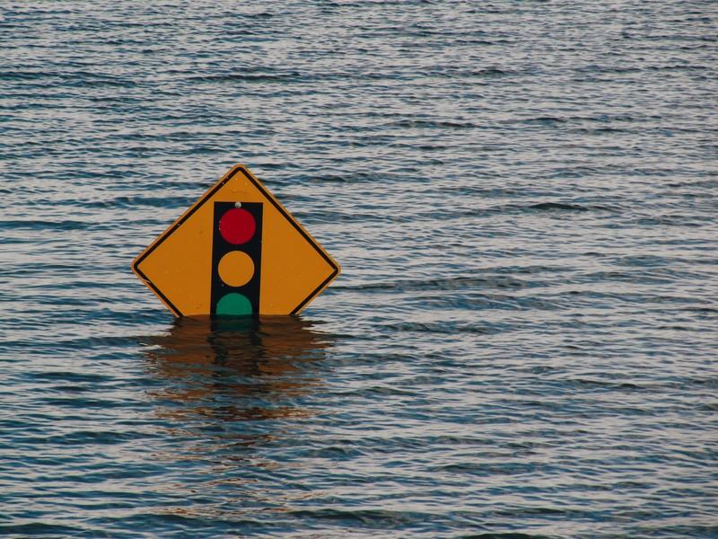 panneau de feux de circulation immergé par l'eau