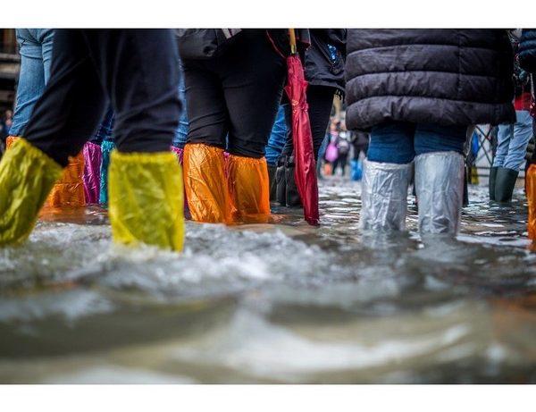 personnes avec des bottes les pieds dans l'eau