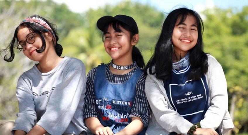 trois jeunes filles qui posent