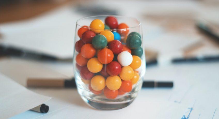 verre rempli de chewin gums