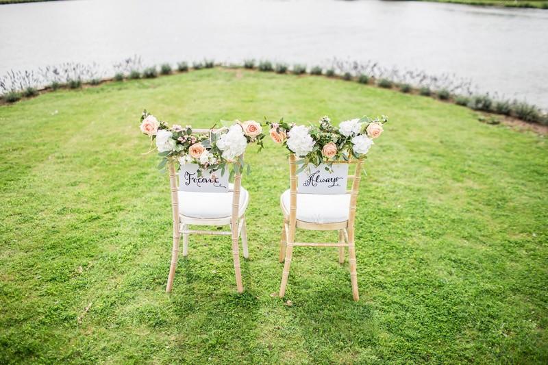 chaises de mariés devant un étendue d'eau