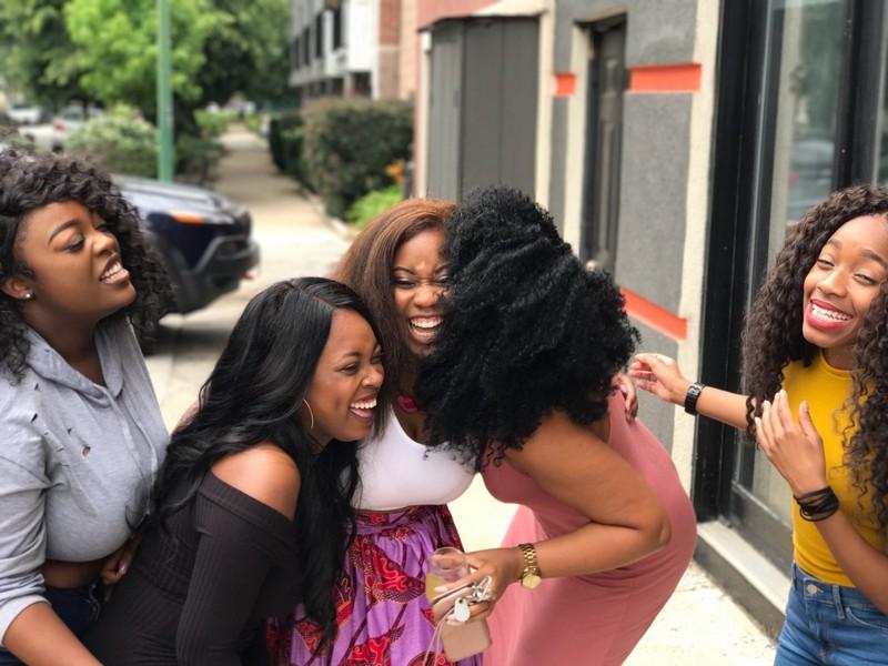 cinq femmes qui rigolent ensemble