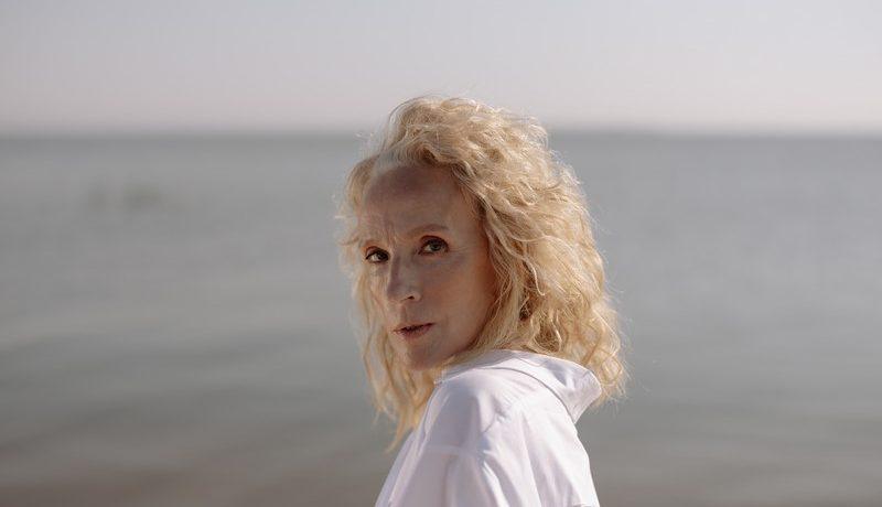 femme d'un certain âge devant la mer
