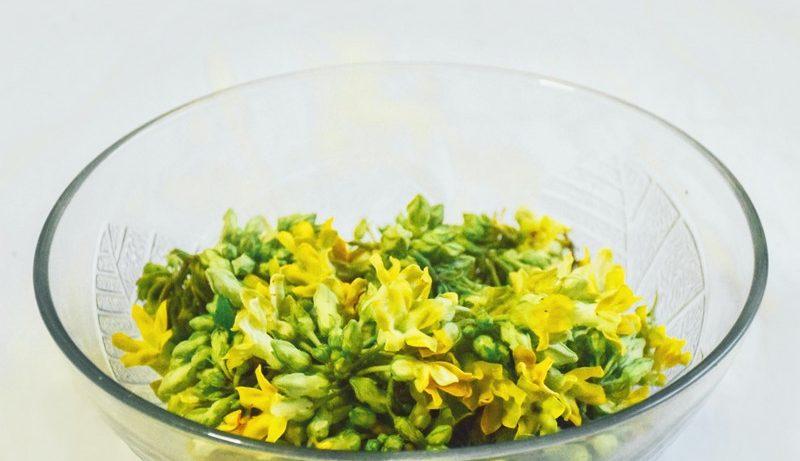 fleurs cosmétibles dans un bol