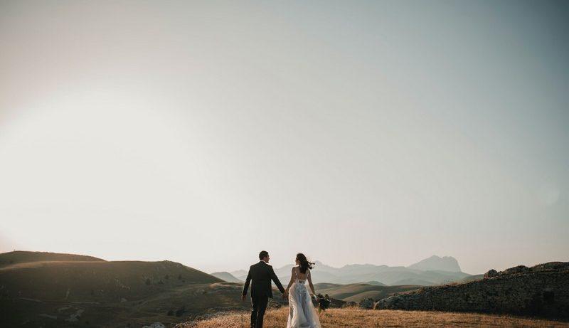 jeunes mariés de dos qui regardent un paysage