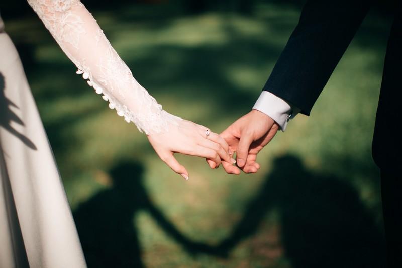 jeunes mariés qui se tiennent la main