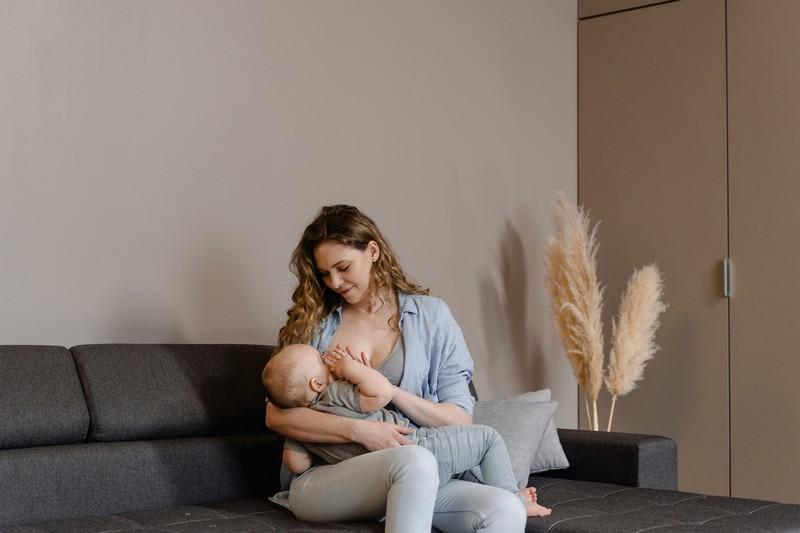 maman qui allaite son bébé sur le canapé