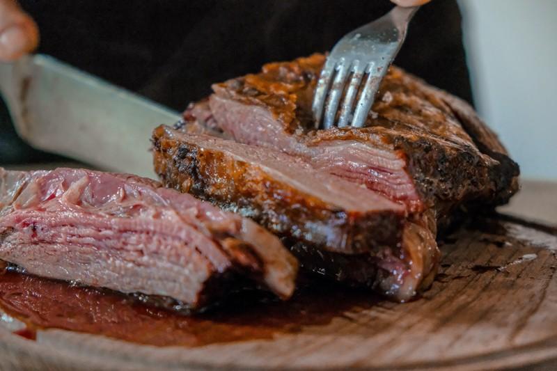 personne qui coupe de la viande