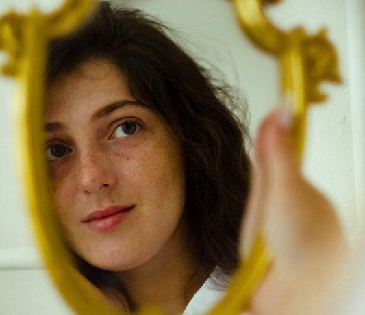 reflet d'une femme dans le miroir
