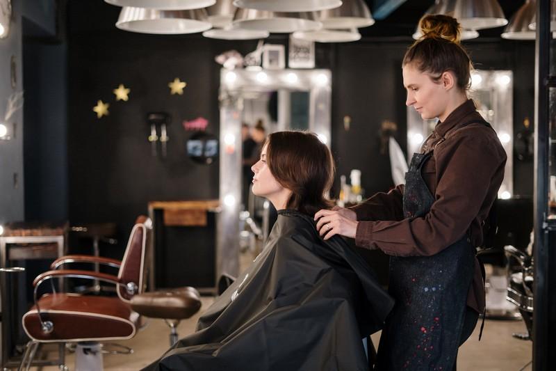 salon de coiffure avec une coiffeuse et sa cliente
