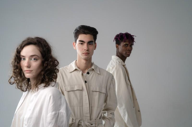 trois personnes qui regardent droit devant elles