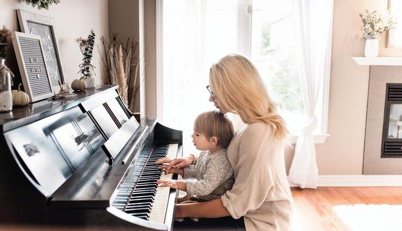 une maman et son fils qui jouent du piano