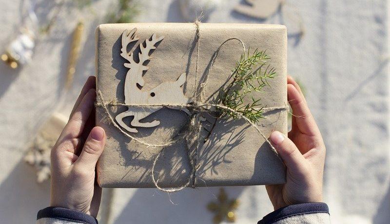 cadeau emballé dans du papier recyclé